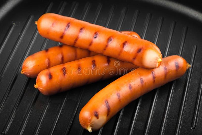 Hotdogs of worsten op een grillpan royalty-vrije stock foto
