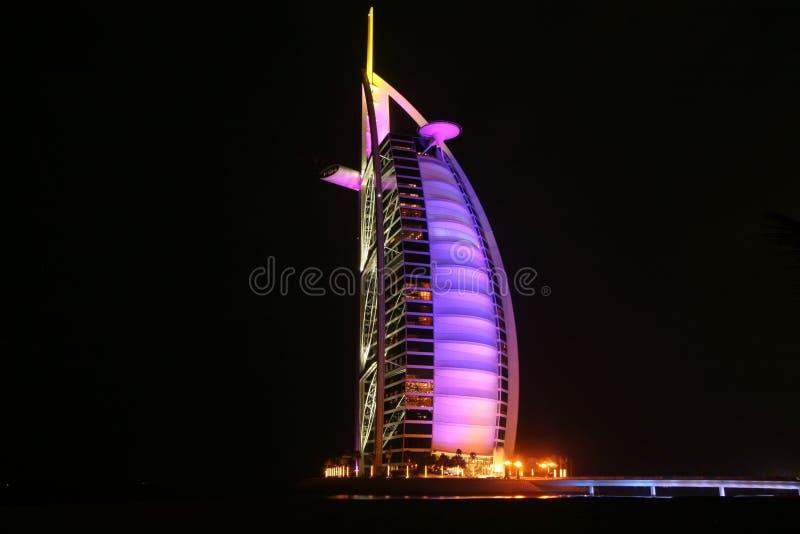 Hotel árabe del al de Burj en la noche fotos de archivo