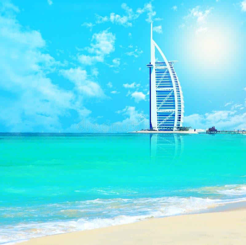 Hotel árabe do Al de Burj na praia de Jumeirah em Dubai fotos de stock