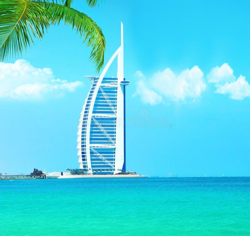 Hotel árabe do Al de Burj na praia de Jumeirah em Dubai imagem de stock