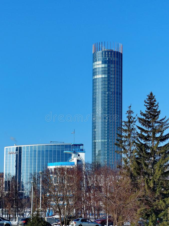 Hotel 'Hayat ', a torre 'Iset '212 8 metrs e construções do estádio 'dínamo ' Lagoa e passeio de Verkh-Isetskiy imagem de stock