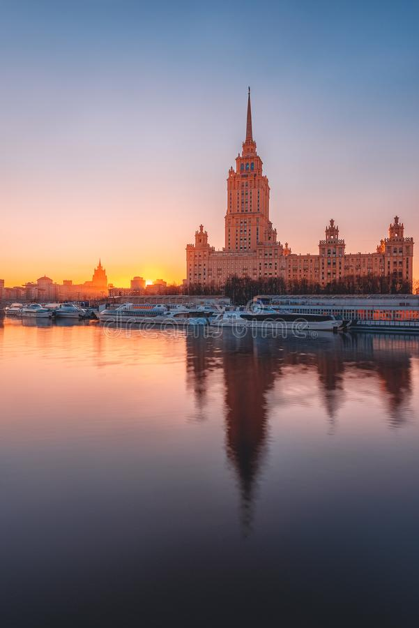 Hotel 'hotel real Moscou ''Ucrânia 'de Radisson no rio de Moskva no alvorecer reflexão imagem de stock