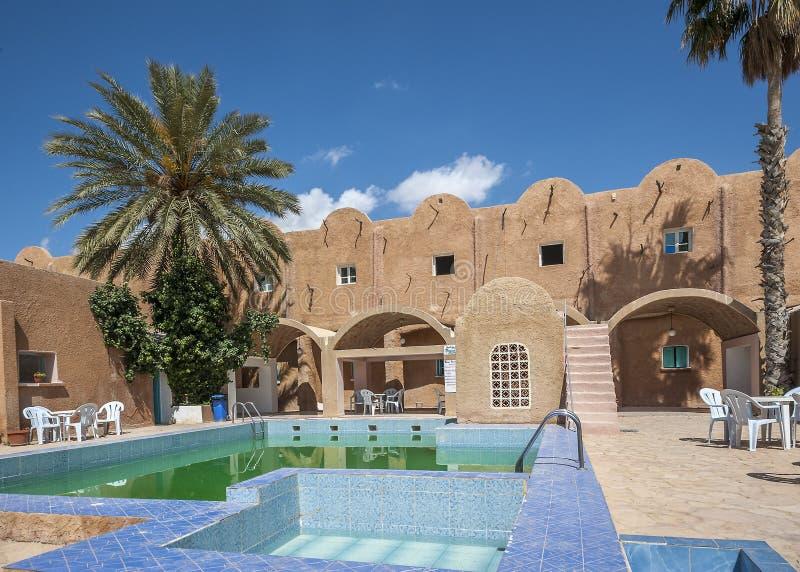 Hotel 'Matmata 'com uma piscina fotografia de stock royalty free