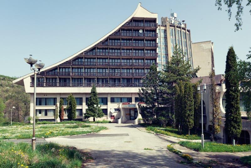 Hotel abandonado em uma estância de esqui jugoslava anterior fotos de stock royalty free