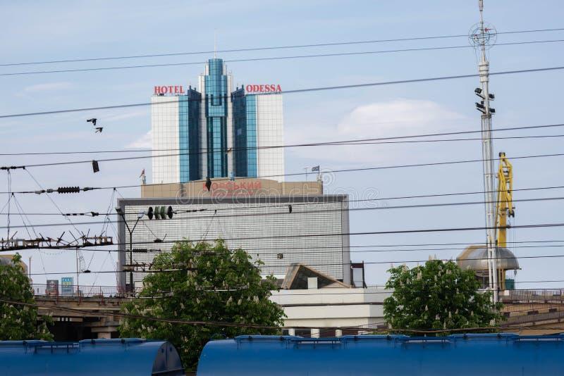 Hotel abandonado Odessa através da cerca do arame farpado odessa ucr?nia imagens de stock