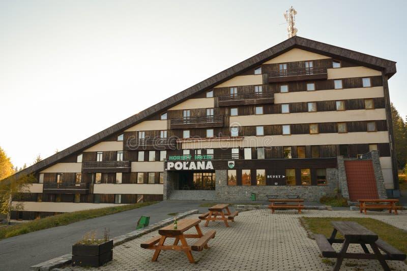 Hotel abandonado viejo de la montaña en las montañas de Polana fotos de archivo libres de regalías