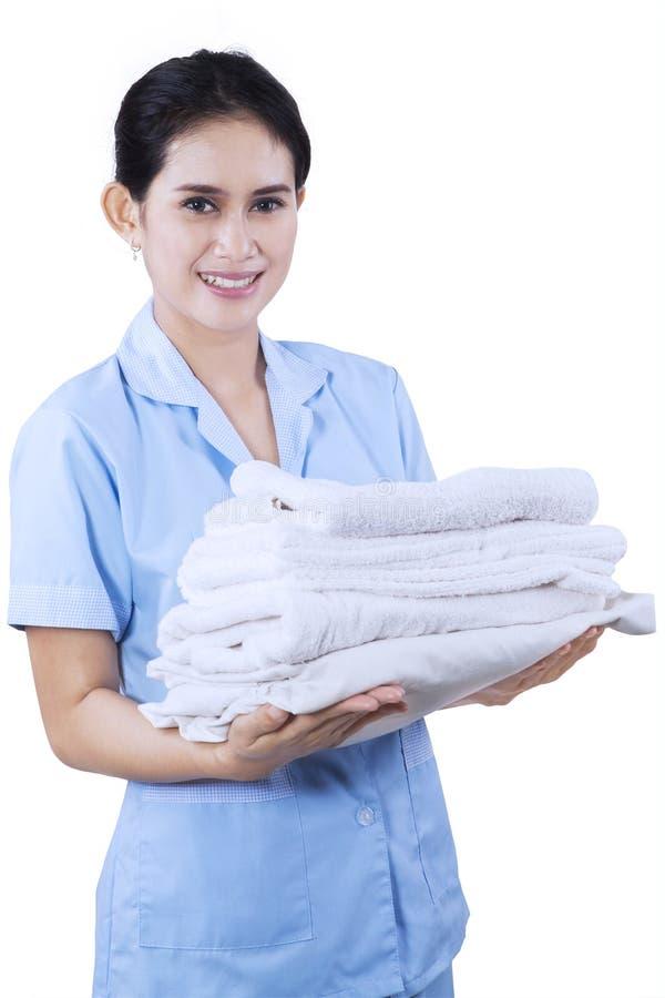Hotel alegre da empregada doméstica com toalhas fotos de stock