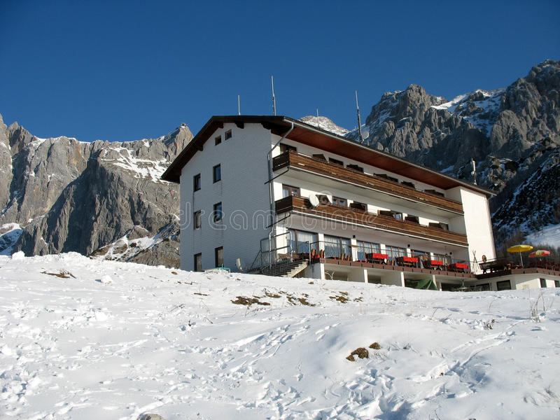 Hotel alpino. fotografie stock libere da diritti