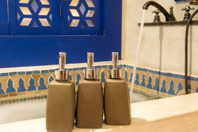 Hotel amenities kit spa, zeep en shampoo royalty-vrije stock afbeelding