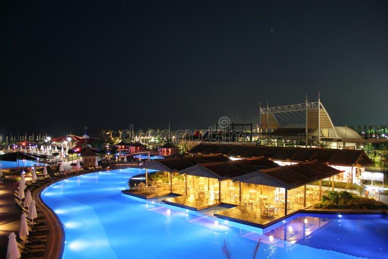 Hotel-Ansicht nachts stockbild