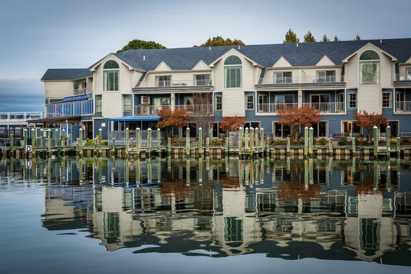 Hotel ao longo de Miles River, em St Michaels, Maryland fotografia de stock royalty free