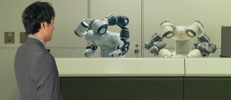 Hotel astuto nell'industria 4 di ospitalità 0 concetti, l'assistente del robot del robot del receptionist in ingresso dell'hotel  immagine stock libera da diritti