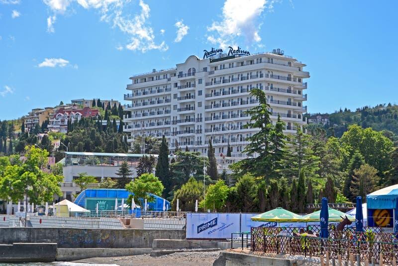 Hotel azul de Radisson cerca del Mar Negro en Alushta, Ucrania, fotografía de archivo libre de regalías