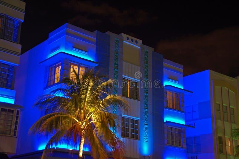 Hotel azul do art deco da noite na praia sul imagem de stock royalty free