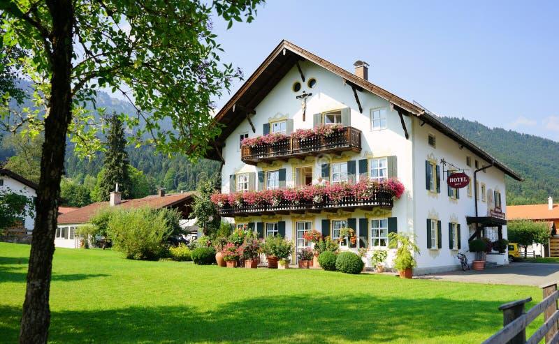 Hotel bávaro típico en Oberamergau, hogar del juego de pasión imagenes de archivo