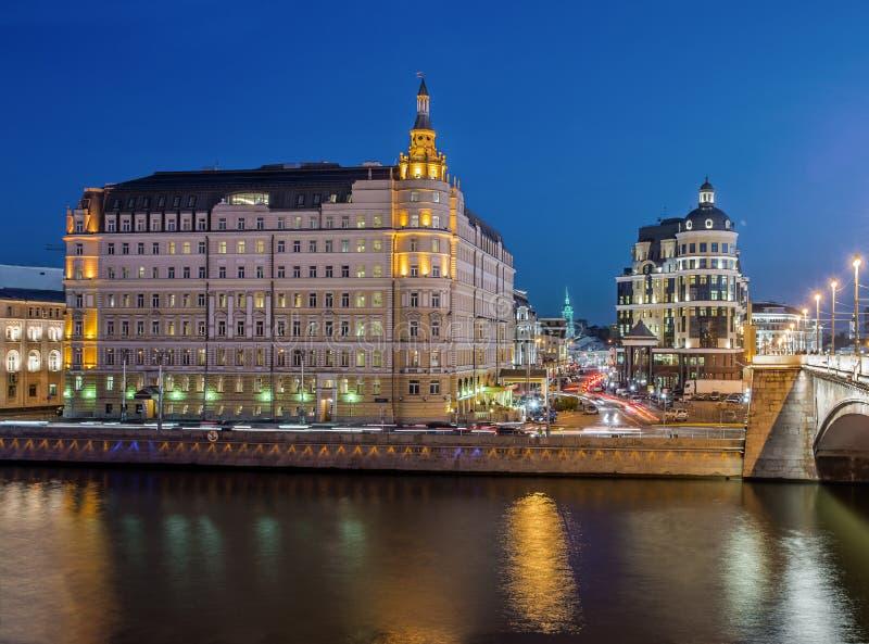 Hotel Baltschug Kempinski bij schemer stock fotografie