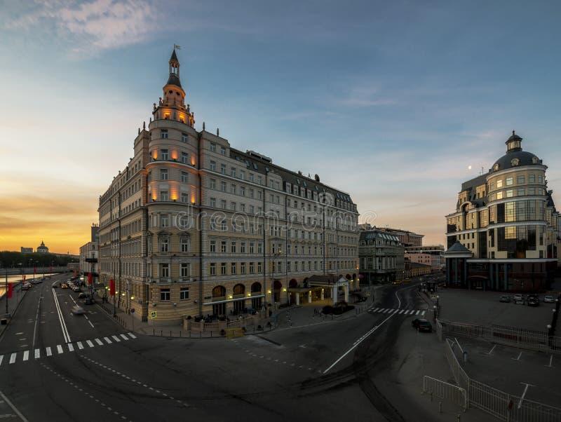 Hotel Baltschug Kempinski en la salida del sol imagen de archivo