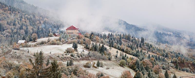 Hotel in bergen Sneeuw en Mist Eerste sneeuw in de herfst royalty-vrije stock foto's