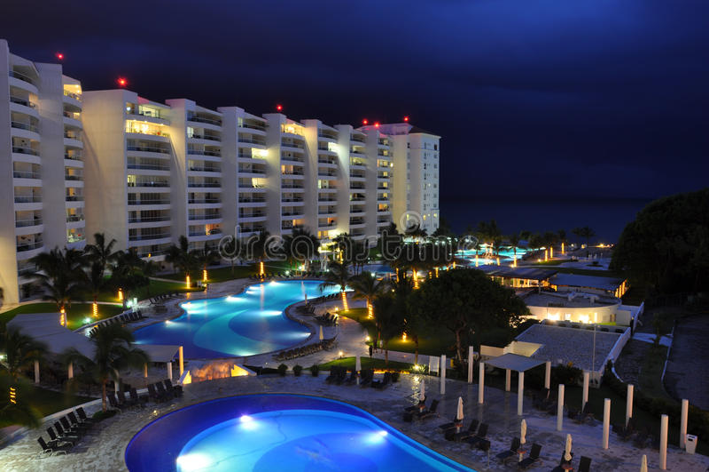 Hotel bij nacht stock foto