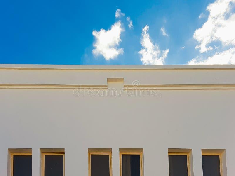 Hotel blanco agradable en Egipto con el cielo claro imagen de archivo libre de regalías