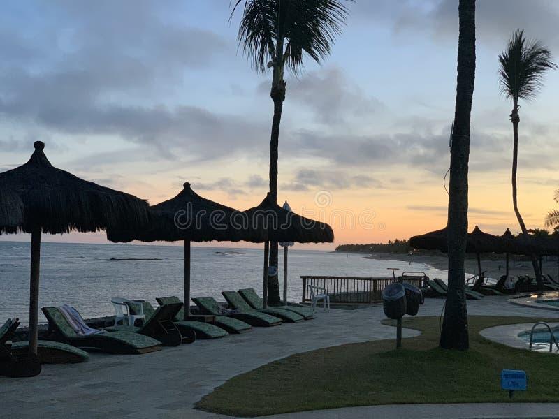 Hotel bonito na praia foto de stock royalty free