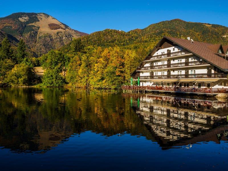 Hotel Bor en bergen in de herfstkleuren die op Meer Crnava wijzen stock foto