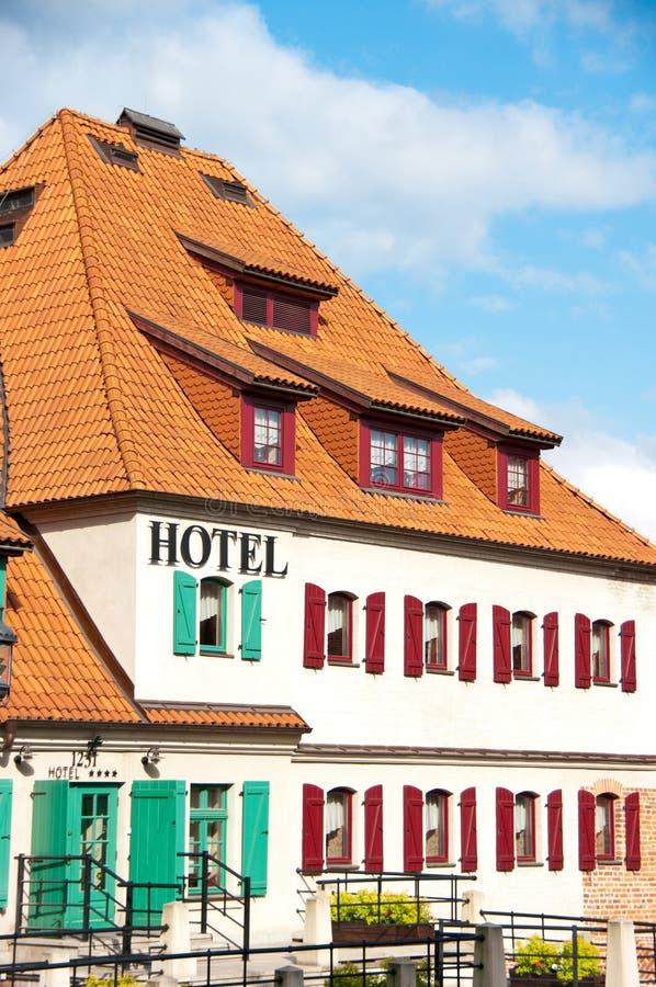 Hotel branco com obturadores imagens de stock royalty free