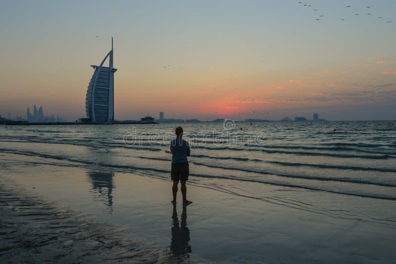 Hotel Burj Al Arab com praia ao pôr do sol fotografia de stock