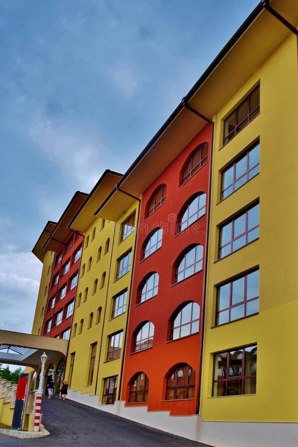 Hotel caminado multicolor, visión de debajo foto de la calle al hotel en Bulgaria foto de archivo