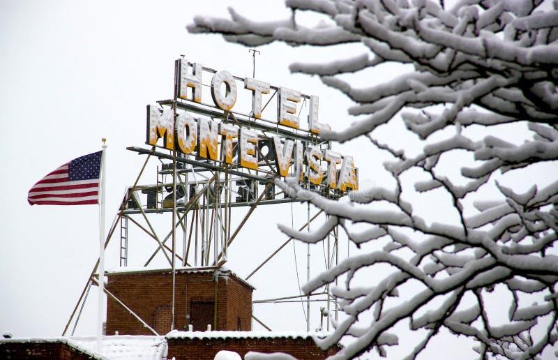 Hotel coberto de neve Monte Vista imagem de stock royalty free