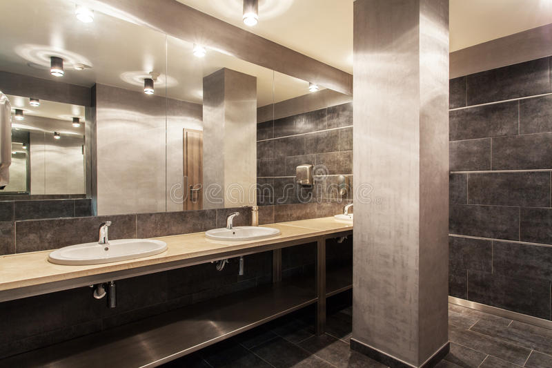 Hotel da floresta - interior público do banheiro fotografia de stock