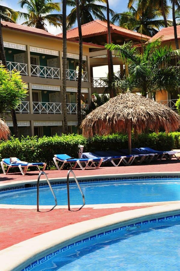 Hotel da piscina no recurso tropical imagens de stock