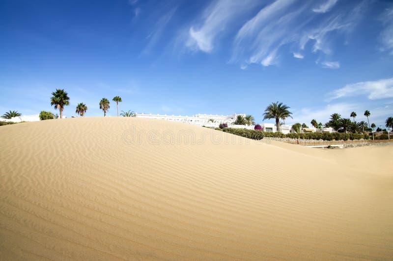Hotel das dunas do deserto no por do sol. foto de stock royalty free