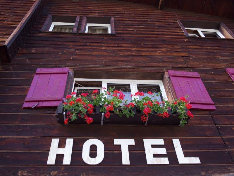 Hotel in de Alpen stock foto