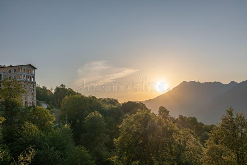 Hotel in de bergen bij zonsondergang royalty-vrije stock foto's