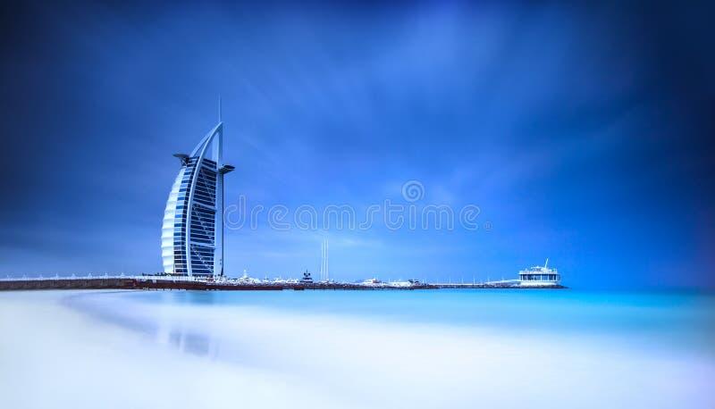 Hotel de Burj Al Arab en la playa de Jumeirah en Dubai foto de archivo