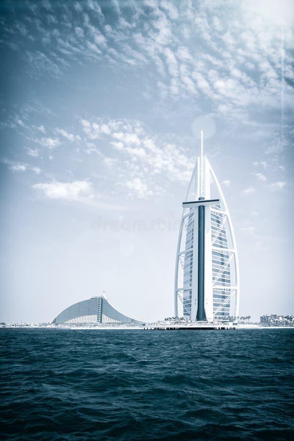 Hotel de Burj Al Arab na praia de Jumeirah em Dubai, UAE, 25 04 2018 arquitetura moderna, estância de verão luxuosa, férias de ve foto de stock royalty free