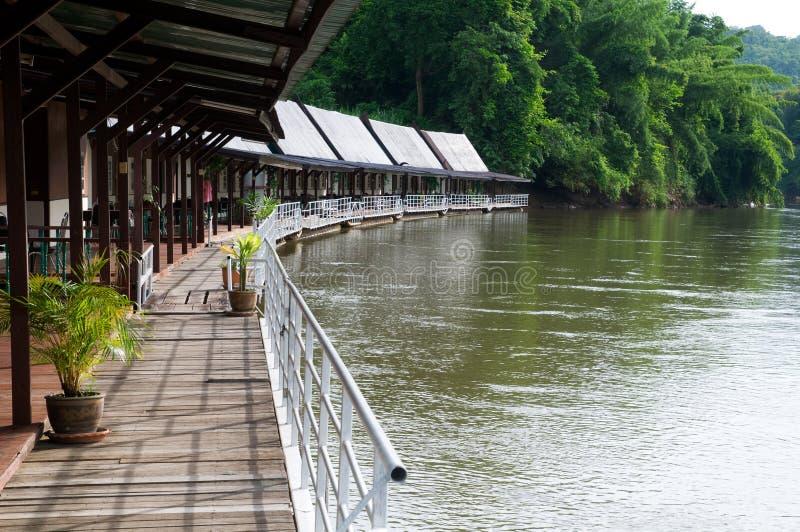Hotel de flutuação no rio Kwai em Tailândia imagens de stock royalty free