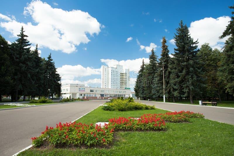 Hotel de Kolomna no céu azul em Kolomna imagens de stock