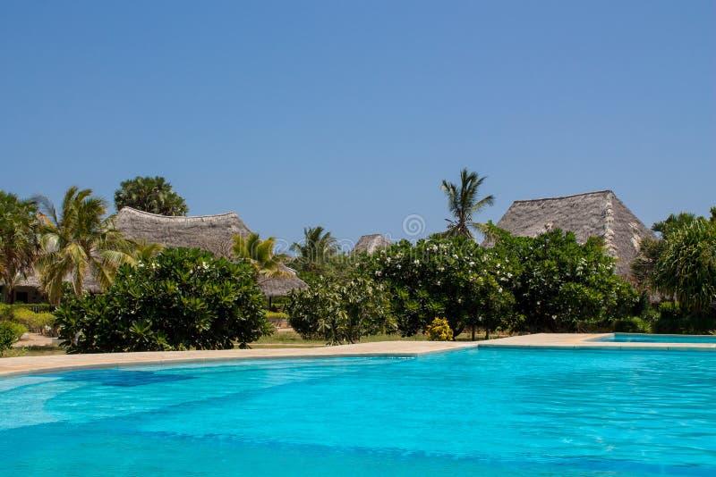 Hotel de la casa de planta baja y piscina de agua azul limpia imagen de archivo