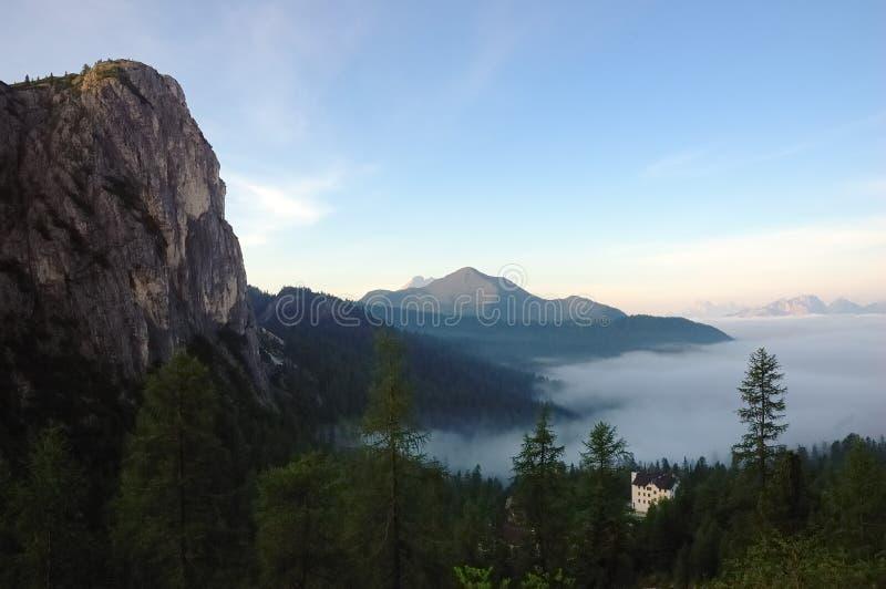 Hotel de la montaña del valle imagenes de archivo