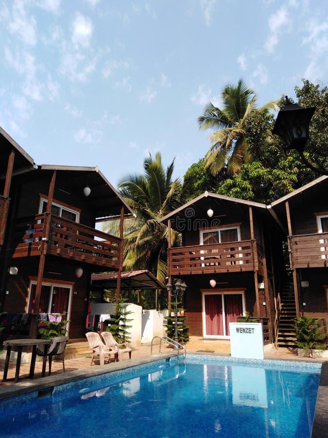 Hotel de las caba?as de Wenzet en el pueblo de Morjim, Goa, la India foto de archivo