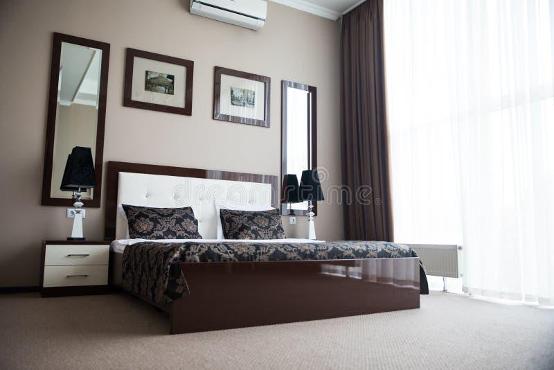 Hotel de los interiores del dormitorio imagen de archivo libre de regalías