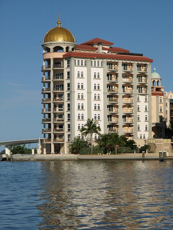 Hotel de luxo com a cúpula na água imagem de stock royalty free