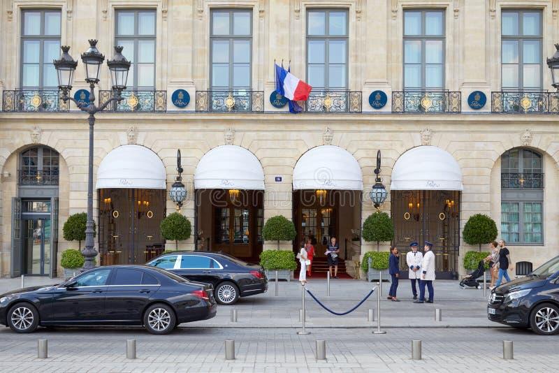 Hotel de luxo Vendome no lugar de Ritz em Paris, no passeio dos povos e em carros pretos fotografia de stock