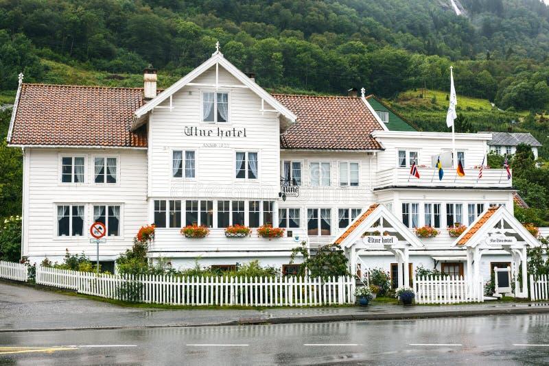 Hotel de madera blanco viejo en Utne, Noruega foto de archivo