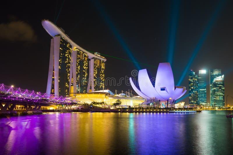 Hotel de Marina Bay Sands con la demostración de la iluminación del laser foto de archivo