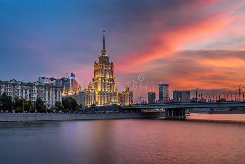 Hotel de Oekraïne en Novoarbatsky-Brug bij Zonsondergang, Moskou, Rusland stock afbeeldingen