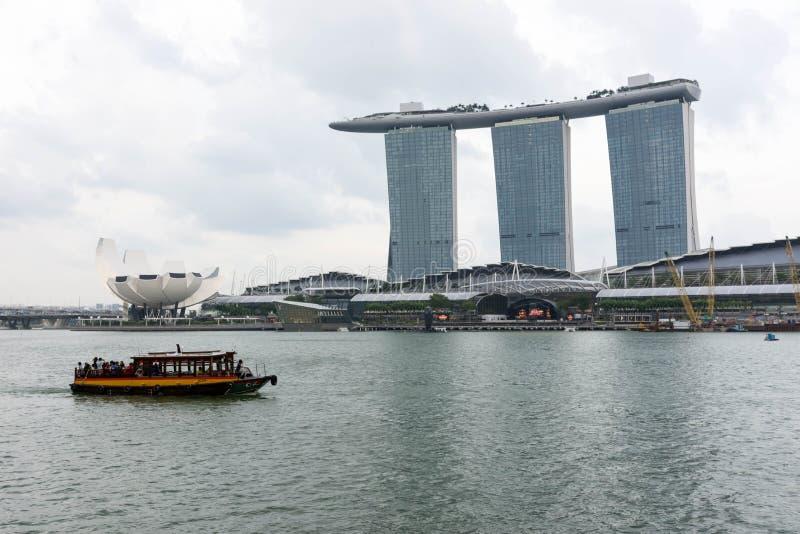 Hotel de Singapura Marina Bay Sands e rio, Singapura, o 14 de abril, foto de stock royalty free