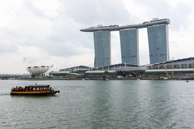 Hotel de Singapura Marina Bay Sands e rio, Singapura, o 14 de abril, imagens de stock royalty free